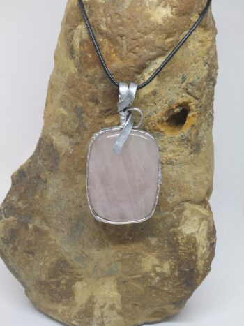 """Pendentif """"pierre d'ailleurs"""" en quartz rose d'Afrique"""